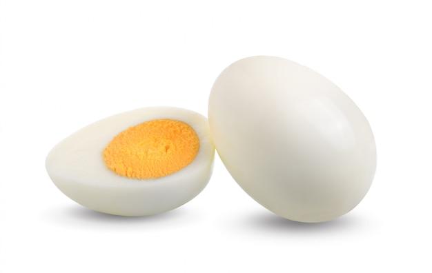 Gotowany jajko odizolowywający na biel przestrzeni