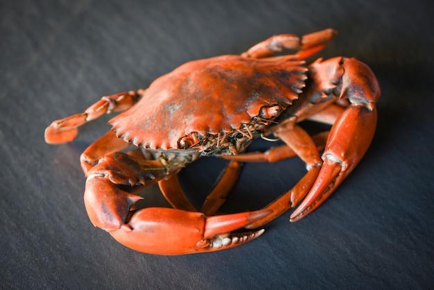 Gotowany krab na czarnym tle, gotowane owoce morza kraba