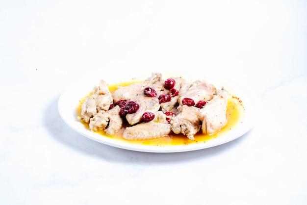 Gotowany kurczak zwieńczony wiśnią