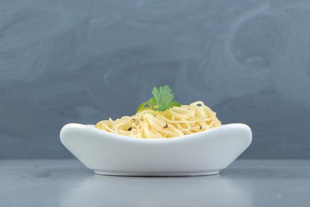 Gotowany makaron spaghetti w białej misce