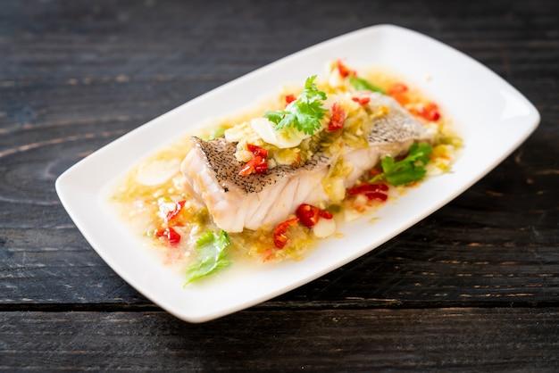 Gotowany na parze filet rybny z groupera z sosem chili-limonki w sosie limonkowym