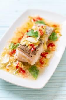 Gotowany na parze filet rybny z groupera z sosem chili limonkowym w sosie limonkowym