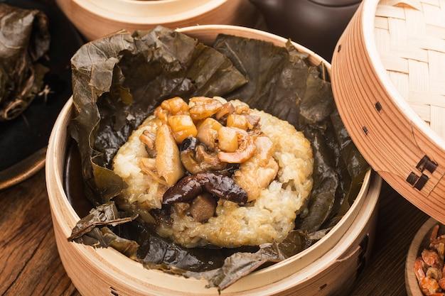 Gotowany na parze kurczak z kleistym ryżem z liści lotosu