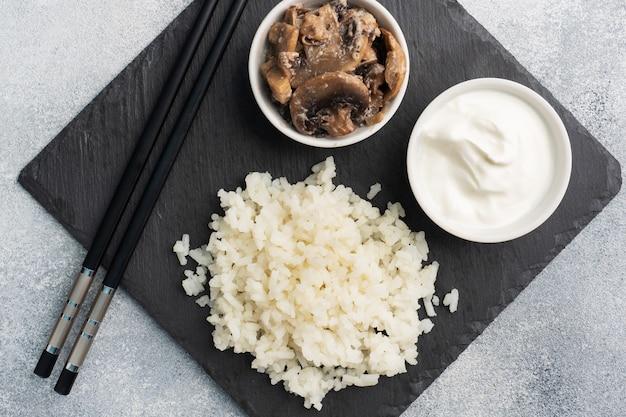 Gotowany ryż i grzyby ze śmietaną
