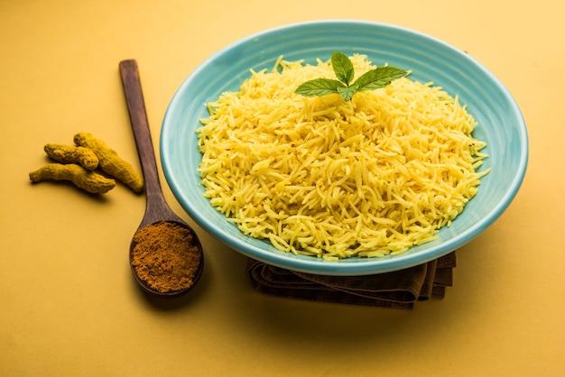 Gotowany ryż jaśminowy z kurkumą ze sproszkowaną kurkuminą lub haldi, indyjskie jedzenie