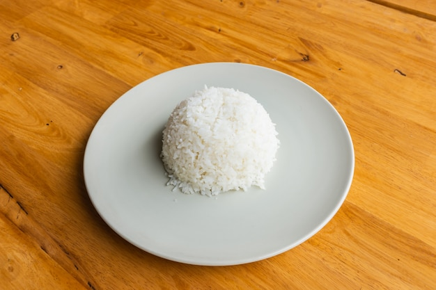 Gotowany ryż na drewnianym stole, z bliska i widok z góry.
