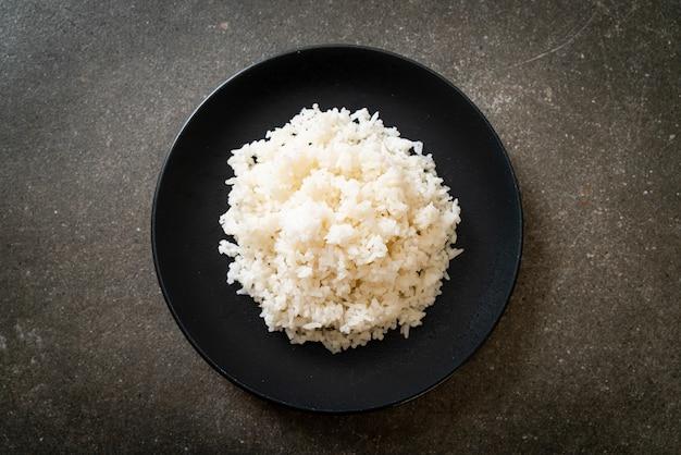 Gotowany tajski biały ryż jaśminowy na talerzu