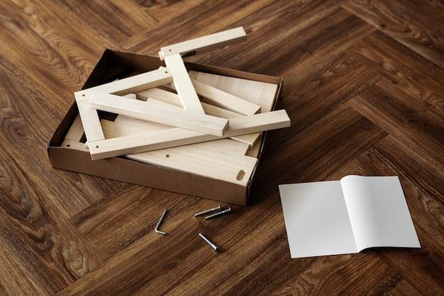 Gotowe do złożenia krzesło i instrukcja obsługi na podłodze