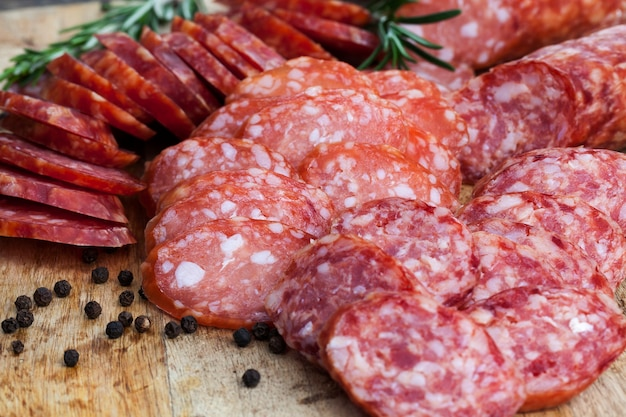 Gotowe i przygotowane fabrycznie produkty z mięsa, wieprzowiny i wołowiny z bliska