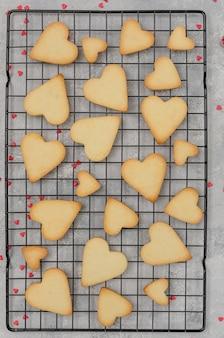 Gotowe kruche ciasteczka w kształcie serca na walentynki