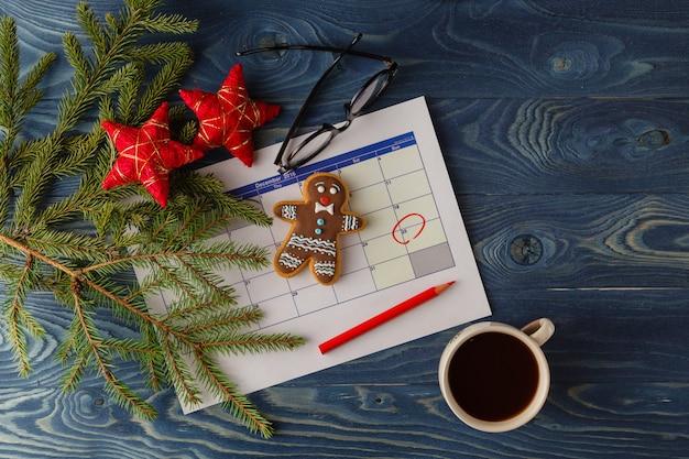 Gotowi na nadchodzące święta. kalendarz z zaznaczoną datą bożego narodzenia