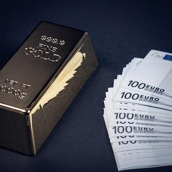 Gotówka euro i sztabka złota. banknoty pieniądze. rachunek. wlewek. bajorek.