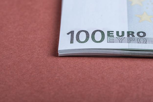 Gotówka euro na różowo-brązowym. banknoty euro money. euro money. rachunek w euro