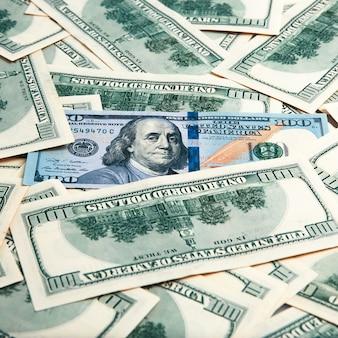 Gotówka sto dolarowych rachunków, tła dolarowy wizerunek. kupie sto amerykańskich banknotów.