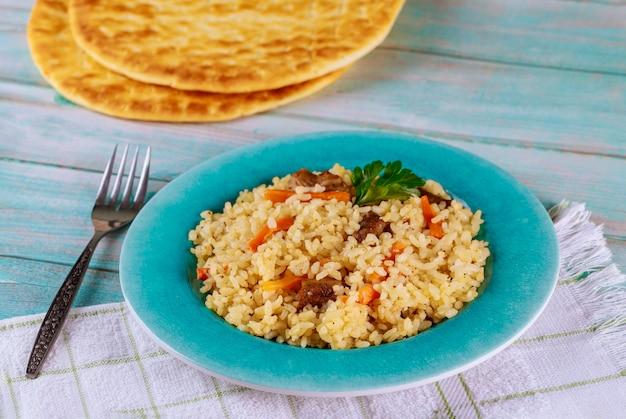 Gotowy do jedzenia lunch z duszonym ryżem, mięsem i marchewką