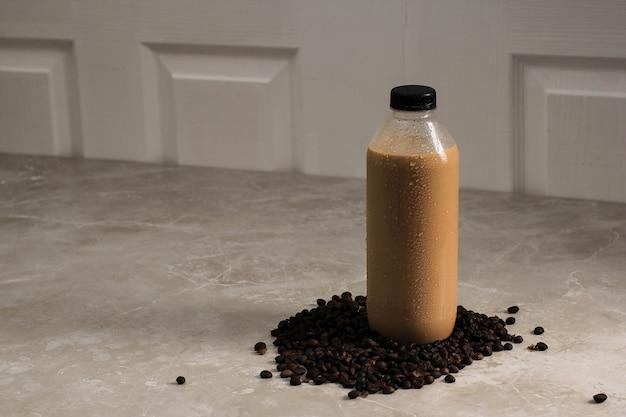 Gotowy do picia kawy w plastikowej butelce. gotowa do picia kawa w litrach i duża butelka przestaje być popularna podczas pandemii, kopiuj miejsce na tekst