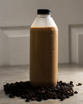 Gotowy do picia kawy w plastikowej butelce. gotowa do picia kawa w litrach i duża butelka przestaje być popularna podczas pandemii