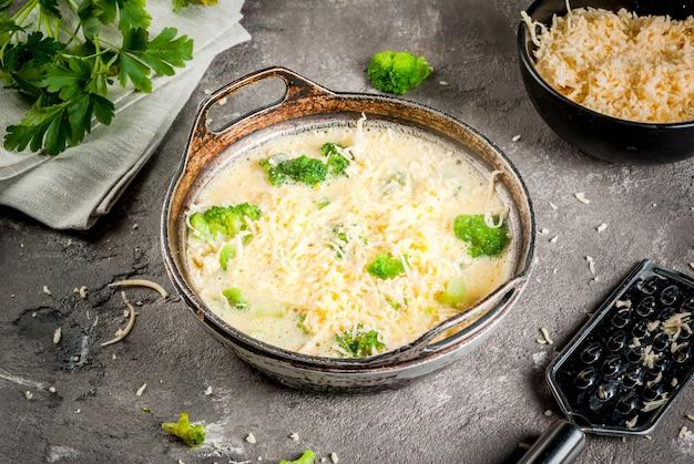 Gotowy do pieczenia kish lauren. frittata z brokułami
