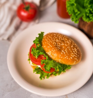 Gotowy do podania burger na talerzu
