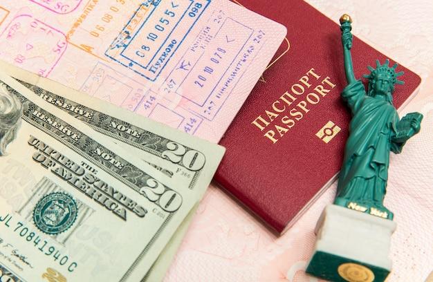 Gotowy do podróży z paszportem i rachunkami