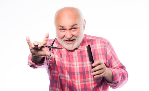Gotowy do porannego golenia. nieogolony starzec ma wąsy i brodę. koncepcja fryzjera. akcesoria do golenia. ciąć i szczotkować włosy. dojrzały brodaty mężczyzna na białym tle. zestaw narzędzi do golenia nożyczek.