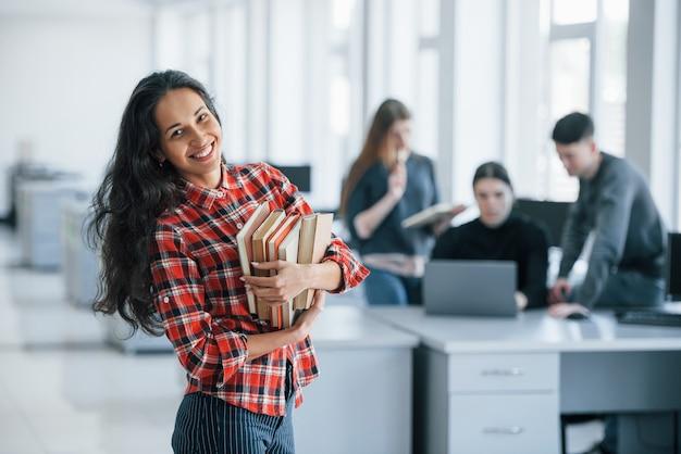 Gotowy do pracy. grupa młodych ludzi w ubranie w nowoczesnym biurze