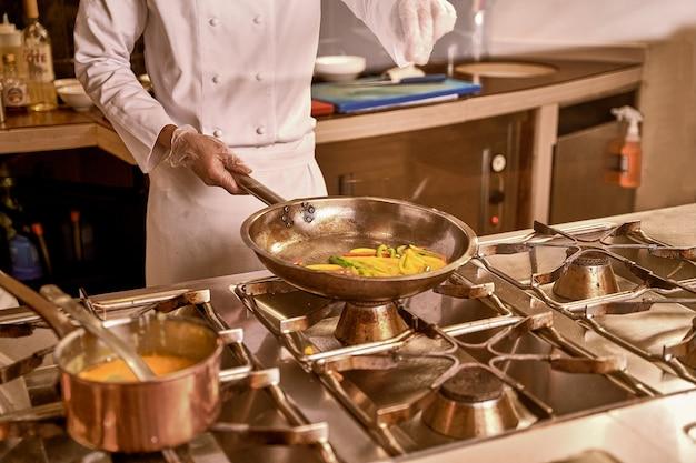Gotuj dodając sól na patelnię z warzywami