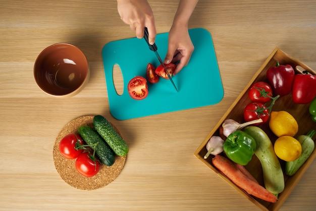 Gotuj w czarnym fartuchu gotując zdrową dietę sałatkową