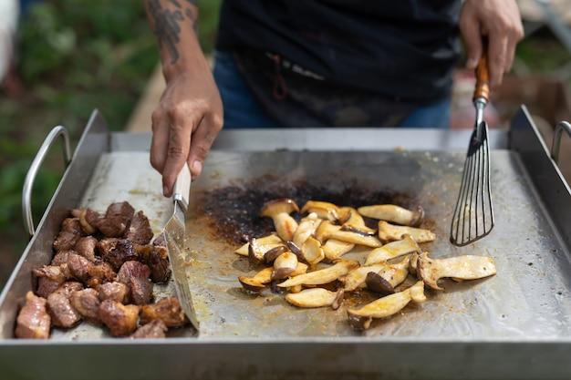 Gotuj wieczorem w obozie.
