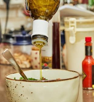 Gotuj wlewa olej do sałatki w głębokiej misce.