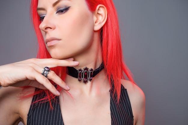 Gotycka biżuteria dla stylowej młodej kobiety w stylu ciemnego rockera, obroża z biżuterią na szyję