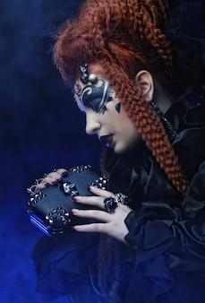 Gotycka czarownica. ciemna kobieta