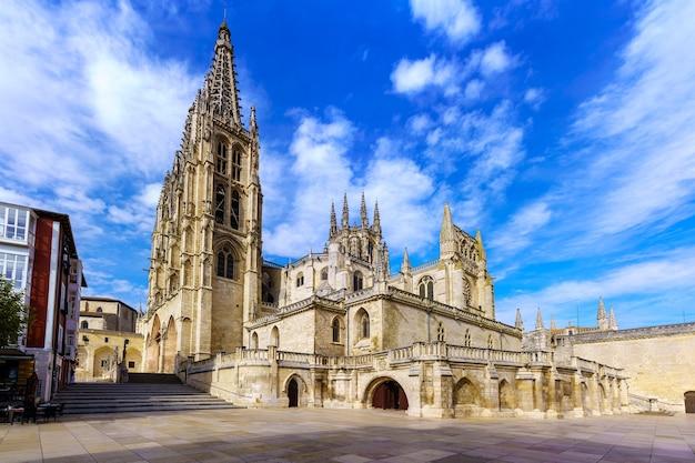 Gotycka katedra w burgos w dzień i przy zachmurzonym niebie. zdjęcie szerokokątne. hiszpania.