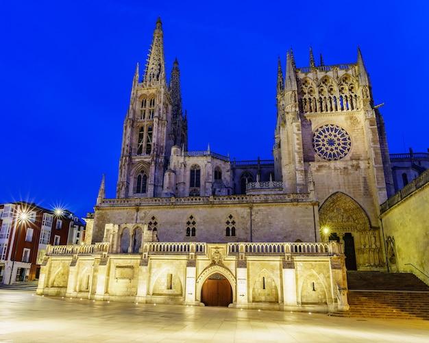 Gotycka katedra w burgos w nocy. zdjęcie szerokokątne. hiszpania. castilla.