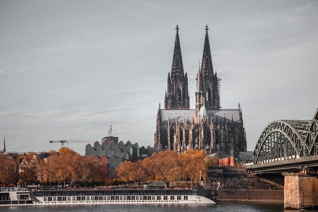 Gotycka katedra z dwiema wieżami