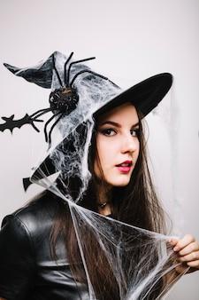 Gotycka kobieta w spooky kapeluszu
