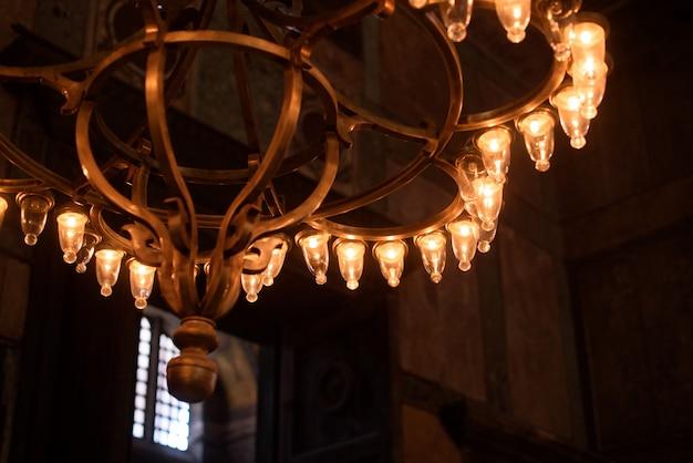 Gotycki żyrandol na suficie