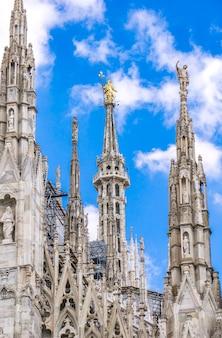 Gotyckie tarasy na dachu katedry w mediolanie we włoszech