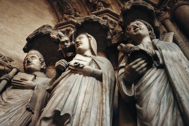 Gotyckie tło ze starożytnymi świętymi i chimerą