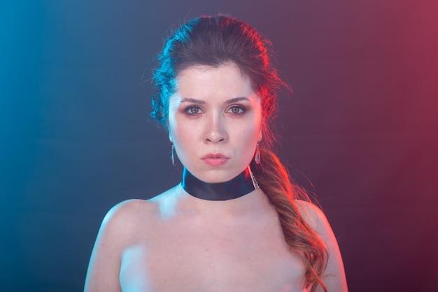 Gotyk, moda, koncepcja ludzie - gotycka kobieta w uszach nietoperza na ciemnym tle.