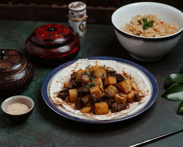 Govurma wątroby, smażona z ziemniakami i ziołami.
