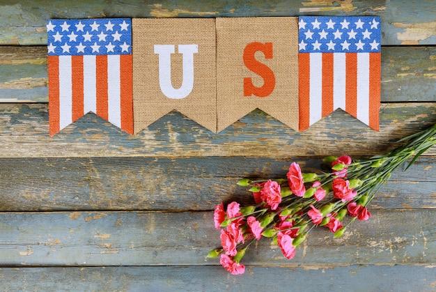 Goździk różowe kwiaty obchody dnia pamięci weteranów z amerykańską flagą z tekstem usa