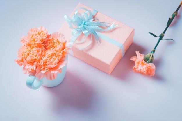 Goździk z pudełkiem prezentowym. koncepcja dnia matki, słodki filtr