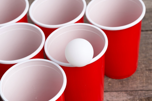 Gra beer pong na drewnianym stole