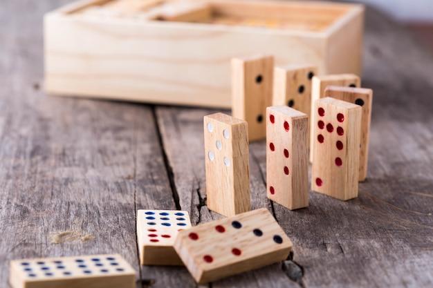Gra domino na drewnianym stole
