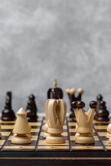 Gra i szachowi kawałki na białym tle