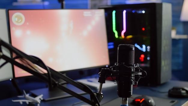 Gra ładuje się na wyświetlaczu profesjonalnego komputera rgb o dużej mocy, a czat strumieniowy jest przygotowany do wirtualnego turnieju