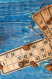 Gra lotto z kartami i drewnianymi beczkami na niebieskim tle drewnianych
