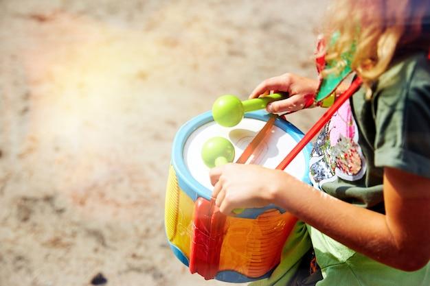 Gra na bębnie. ręce z bębnem. inna perspektywa. afrykański, huk, rytm, dziecko, klasa, bęben, perkusista, palce, ręka, uderzenie, instrument, dzieciak, muzyka, musical.