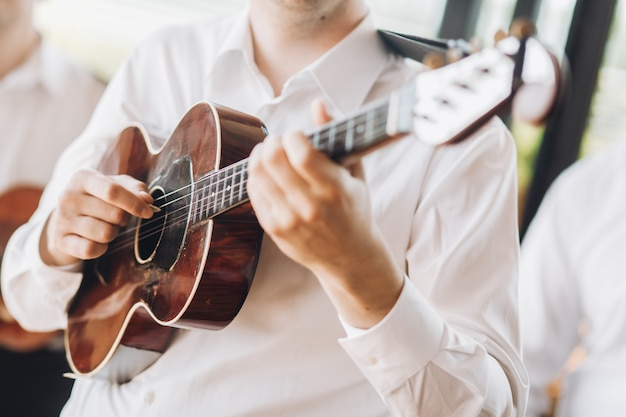Gra na gitarze przez przystojnego mężczyznę